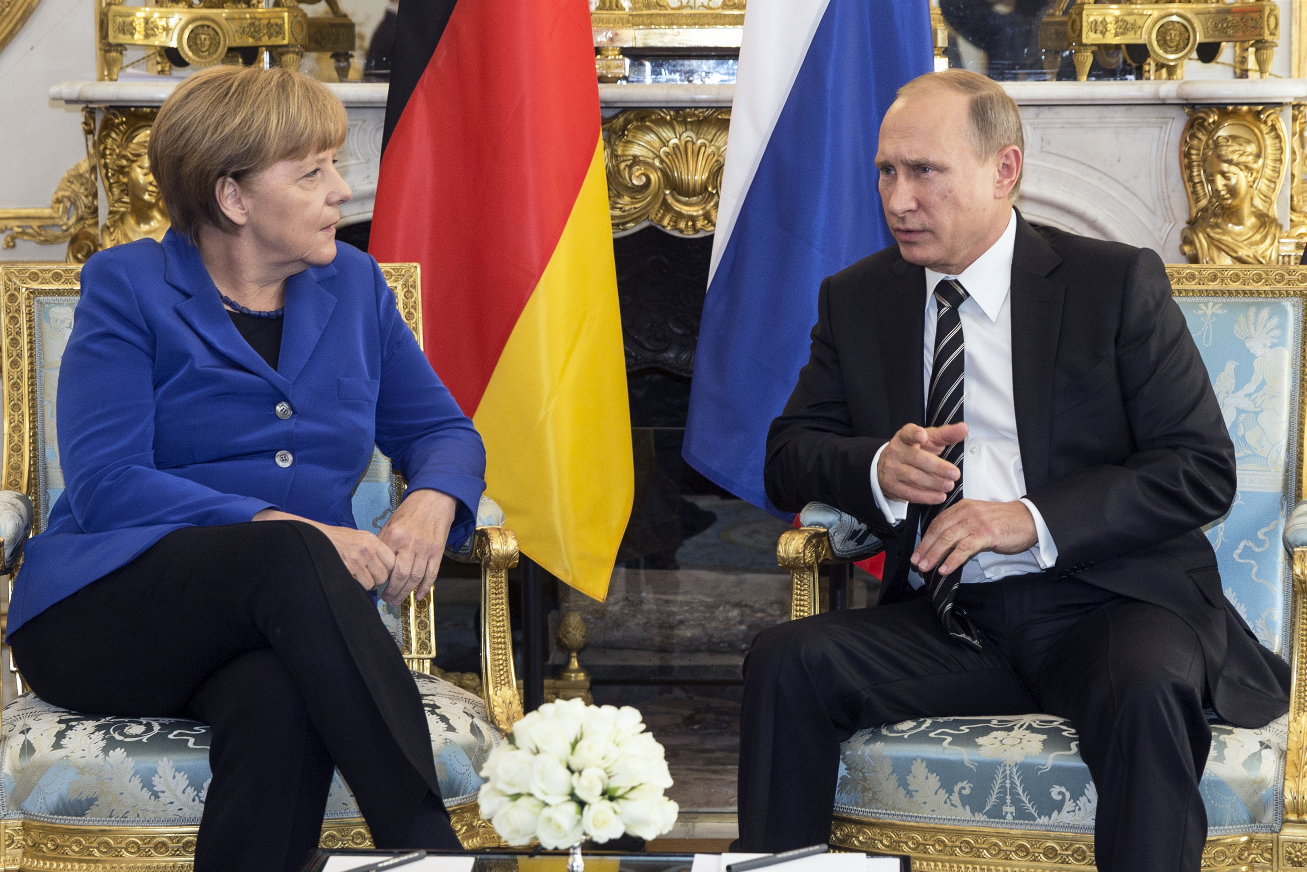 German Chancellor Angela Merkel (L) speaks with Russian President Vladimir Putin during a bilateral meeting prior to a summit on Ukraine at the Elysee Palace in Paris, France, October 2, 2015. France hosts a meeting with leaders of Russia, Germany and Ukraine in Paris for talks about Ukraine which were likely to be overshadowed by the conflict in Syria.   REUTERS/Etienne Laurent/Pool - RTS2QCP